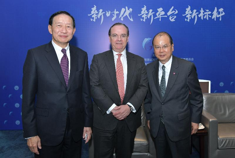 The Chief Secretary for Administration, Mr Matthew Cheung Kin-chung, today (December 7) in Shenzhen witnessed the opening of two joint venture securities companies set up by banks from Hong Kong. Mr Cheung (right) is pictured with HSBC Group Chief Executive, Mr Stuart Gulliver (centre), and the Deputy Chairman and Chief Executive of HSBC, Mr Peter Wong (left).